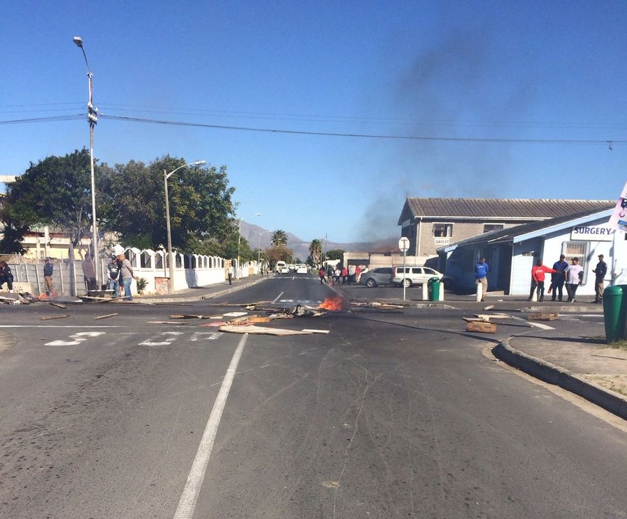 CAPE TOWN ALERT PROTEST ACTION: Roads Barricaded in Grassy Park Burning Tyres
